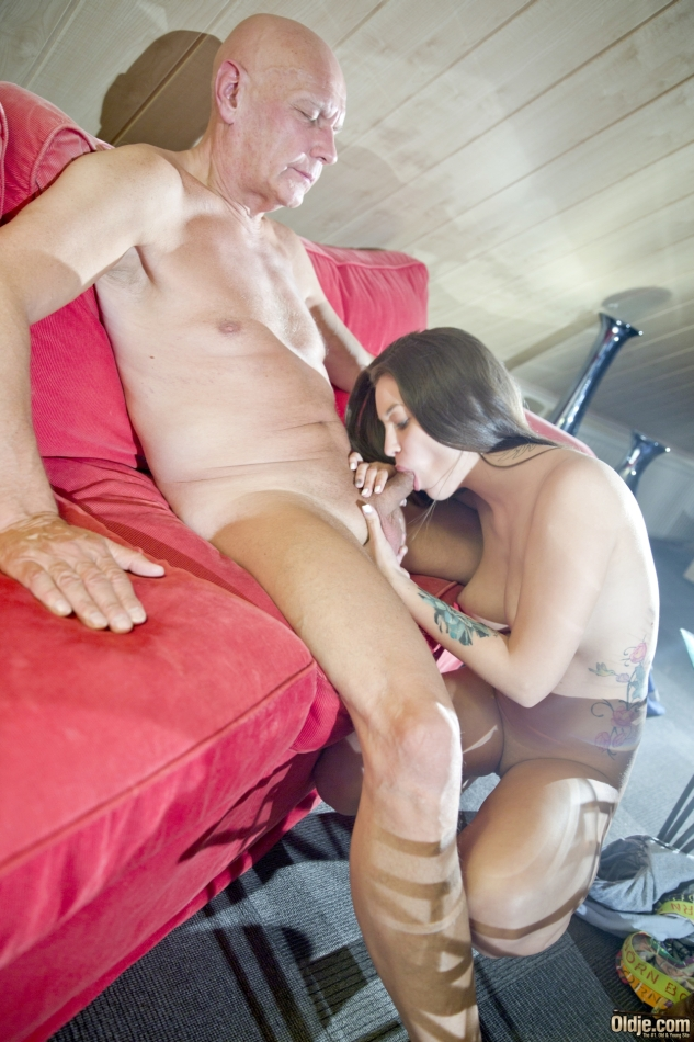 Tranny sucked off by old man