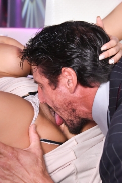 Luna Star The lounge of good fuck - Luna Finds Sexy Trouble