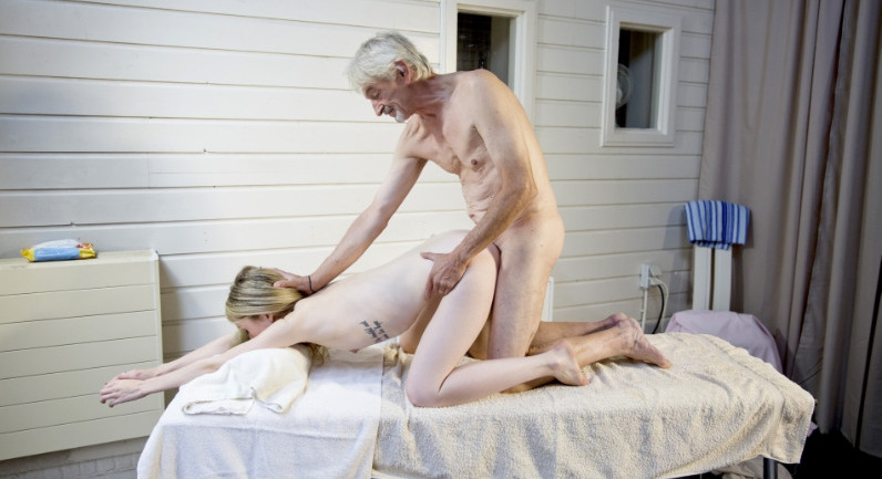 Vladlena Vladlena and Oldje enjoy a pussy massage